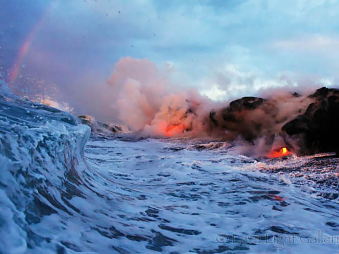 Φωτογράφοι στα όρια του θανάτου, αποθανατίζουν το ταξίδι της λάβας στη θάλασσα