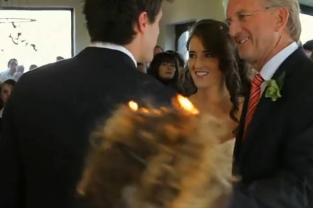 Φωτογράφος γάμου πιάνει φωτιά ενώ η νύφη φτάνει για τον γάμο