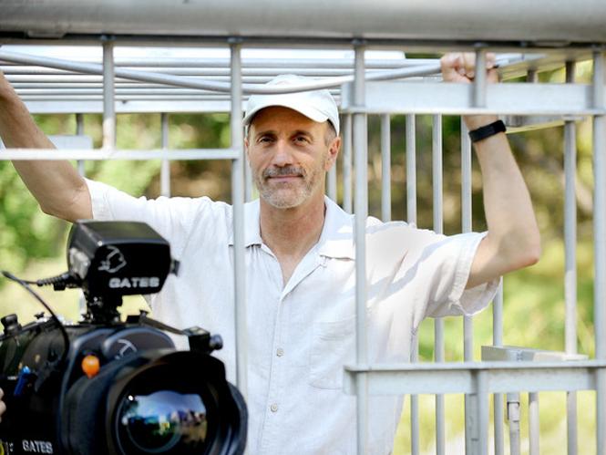 Ελληνικής καταγωγής κινηματογραφιστής του National Geographic έρχεται αντιμέτωπος με καρχαρία