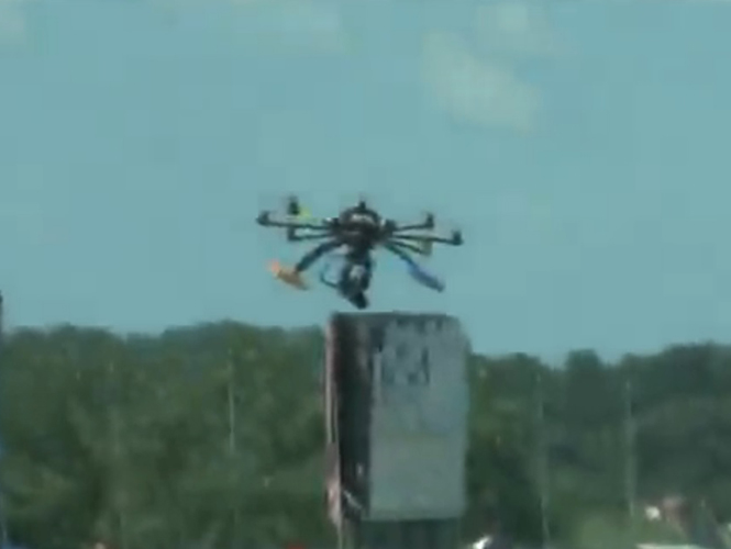 Camera Drone πέφτει σε πλήθος και τραυματίζει άνθρωπο