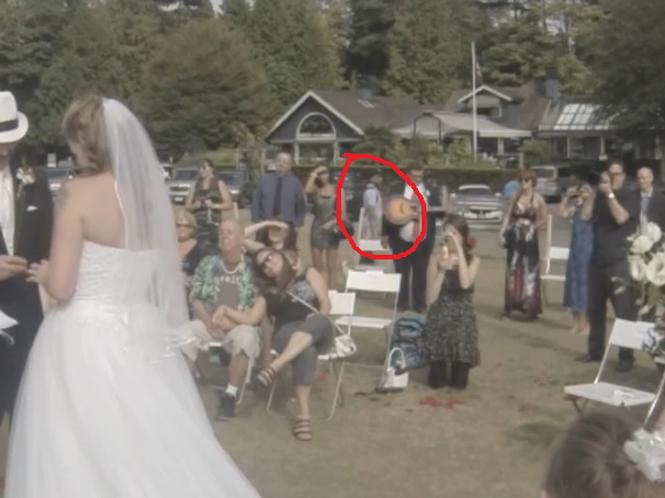 Βιντεολήπτης γάμου καταγράφει κλέφτη που φεύγει με την τσάντα του φωτογράφου σαν κύριος