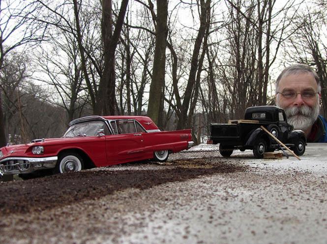 Φωτογραφίες από μικρά μοντέλα αυτοκινήτων τα οποία φαίνονται σαν κανονικά αυτοκίνητα
