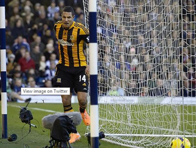 """Ποδοσφαιριστής πανηγυρίζει γκολ """"σουτάροντας"""" μία DSLR αξίας 7000 ευρώ"""