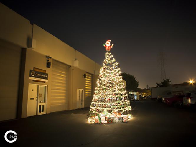Δείτε το μεγαλύτερο χριστουγεννιάτικο δέντρο φτιαγμένο απο φωτογραφικά τρίποδα