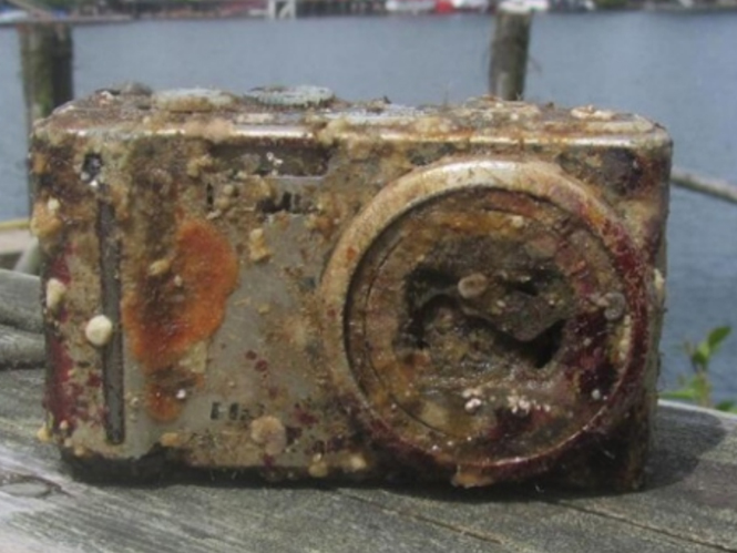 Ναυαγισμένη μηχανή επιστρέφει με τις φωτογραφίες της άθικτες στον ιδιοκτήτη της μετά από 2 χρόνια στο νερό