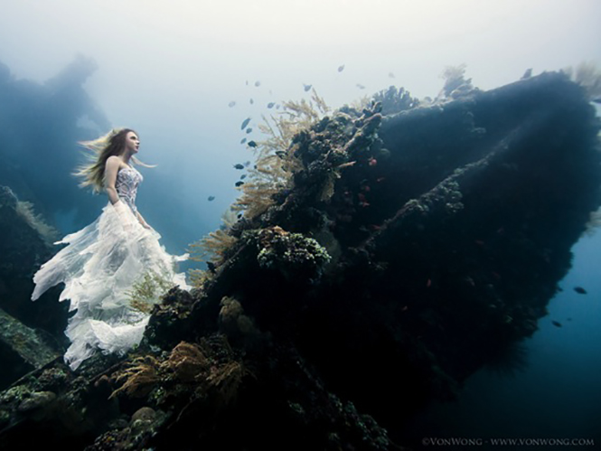 Ο Benjamin Von Wong φωτογραφίζει υποβρυχίως σε ναυάγιο και οι εικόνες του κόβουν την ανάσα