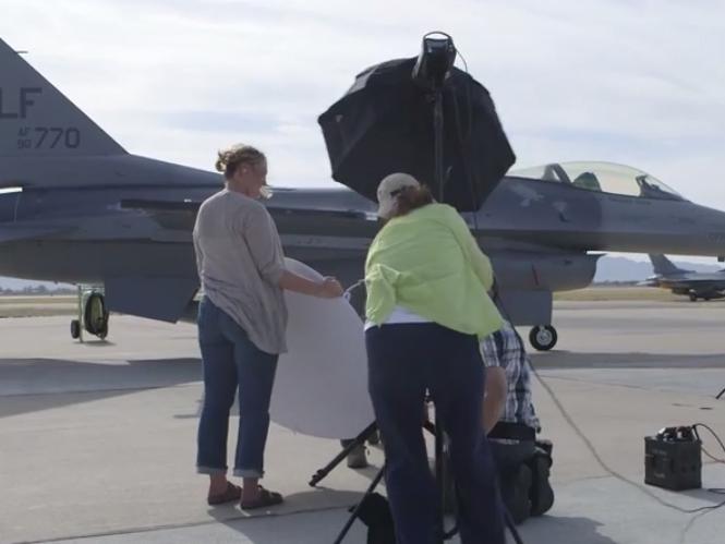 Φωτογραφίζοντας ένα πολεμικό αεροσκάφος F-16 κόντρα στον ήλιο