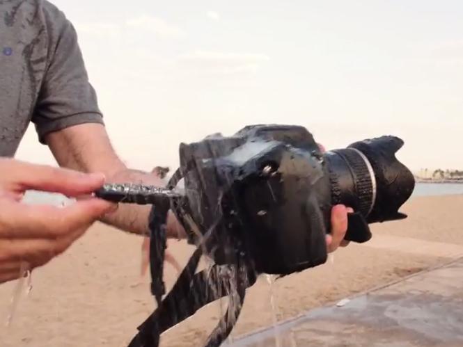 Μία Pentax 645Z μεσαίου φορμά, λίγη άμμος και μία ντουζιέρα