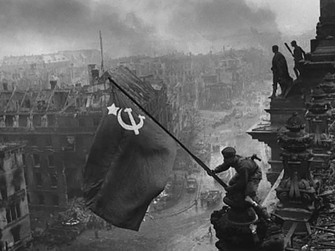 """Σε δημοπρασία η Leica που """"τράβηξε"""" μία από τις πιο ιστορικές φωτογραφίες του Β΄Παγκοσμίου Πολέμου"""