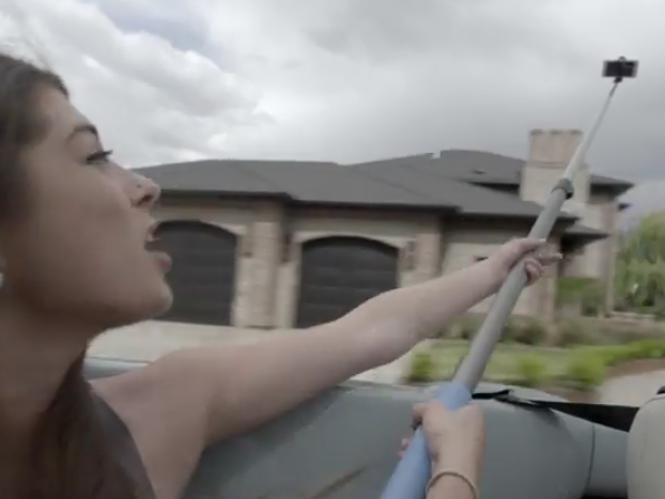 Διαφημιστικό μιλάει για τους κινδύνους των Selfie Sticks