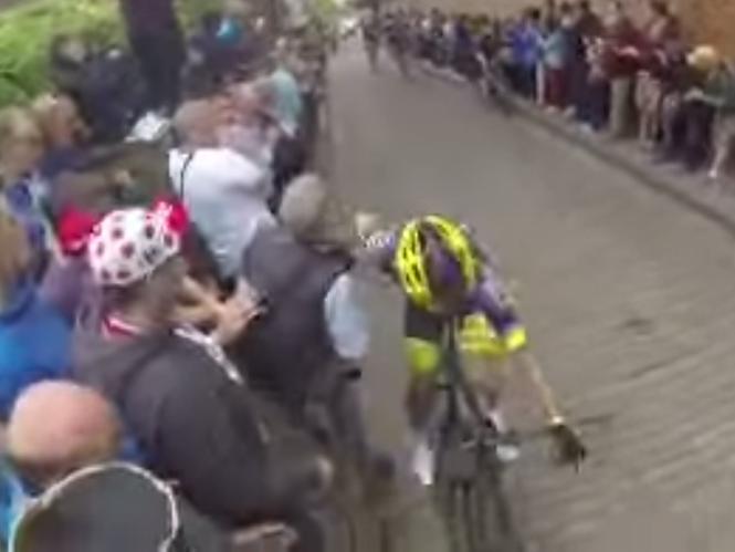 Φωτογράφος ρίχνει ποδηλάτη κατά την διάρκεια αγώνων