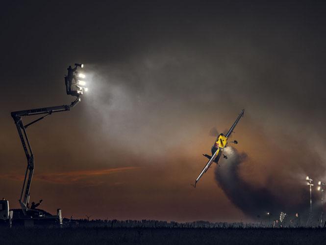 Φωτογραφίζοντας αεροπλάνο σε πτήση με τη βοήθεια 30 studio flash