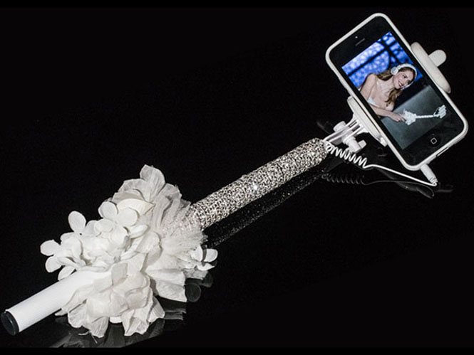 Αυτό είναι το πρώτο νυφικό selfie stick και κοστίζει 500 δολάρια
