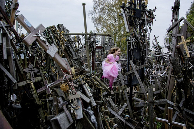 Hill of Crosses (ένα κορίτσι με ροζ φόρεμα τρέχει στον λόφο των Σταυρών στη Λιθουανία), Hideki Mizuta