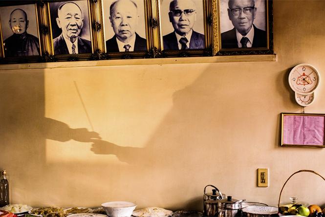 From Generation to Generation (Κατά τη διάρκεια της Κινεζικής Πρωτοχρονιάς του 2015 στη Ταιβάν, τα μέλη μίας οικογένειας αλλάζουν στικάκια θυμιάματος), Jackson Hung
