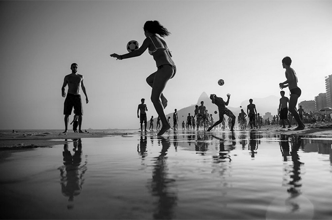 The Game (λουόμενοι στην παραλία Ipanema του Ρίο της Βραζιλίας παίζουν ποδόσφαιρο), Simone Monte
