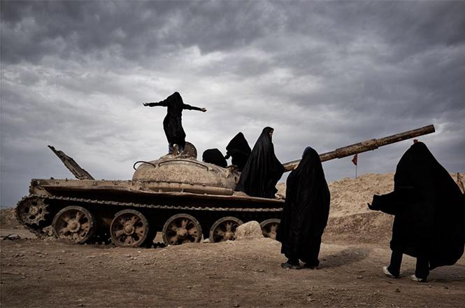 Overlooking Iraq From Iran (Φοιτήτριες στη περιοχή Khuzestan του Ιράν, βγαίνουν φωτογραφίες πάνω στα κατεστραμμένα τανκ που έχουν ξεμείνει από τον πόλεμο Ιράν - Ιράκ),   Yanan Li