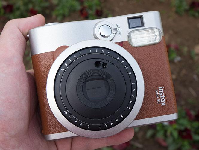 Fujifilm Instax Mini 90, σας παρουσιάζουμε τη ρετρό instax της Fujifilm (hands on)