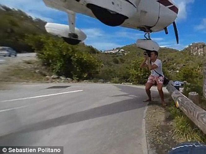 Αεροπλάνο περνάει εκατοστά πάνω από το κεφάλι ριψοκίνδυνου φωτογράφου