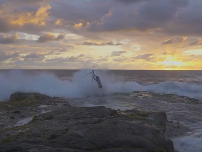 Φωτογράφος παρασύρεται από κύμα καθώς φωτογραφίζει στη παραλία