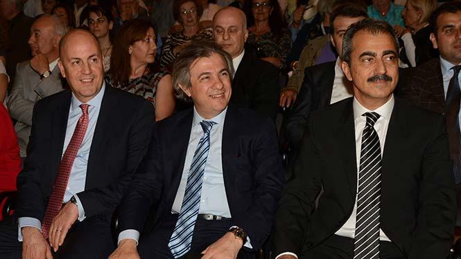 (Από αριστερά) Kerim Uras, η Α.Ε. ο Πρέσβης της Τουρκίας στην Αθήνα, Ahmet Misbah Demircan, Δήμαρχος Beyoğlu και Λάκης Βίγκας, Εκπρόσωπος Μειονοτικών Ευαγών Ιδρυμάτων Βακουφίων.