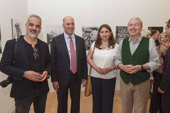 """(Από αριστερά) Fatih Kaymak, Σκηνοθέτης του ντοκιμαντέρ """"The Eye of Istanbul"""", Kerim Uras, η Α.Ε. ο Πρέσβης της Τουρκίας στην Αθήνα, Ümran Safter, Παραγωγός και Nezih Tavlaş, Σύμβουλος του ντοκιμαντέρ και Βιογράφος του Ara Güler."""