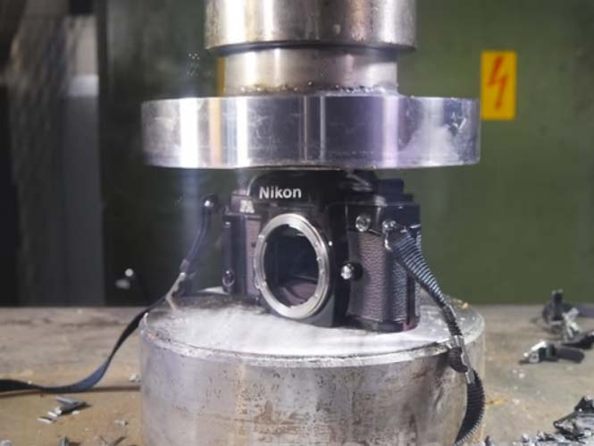 Διαλύοντας SLR μηχανές των Canon και Nikon σε υδραυλική πρέσα