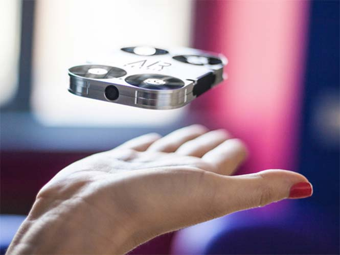 AirSelfie, ένα mini drone που είναι ενσωματωμένο στη θήκη του κινητού σας