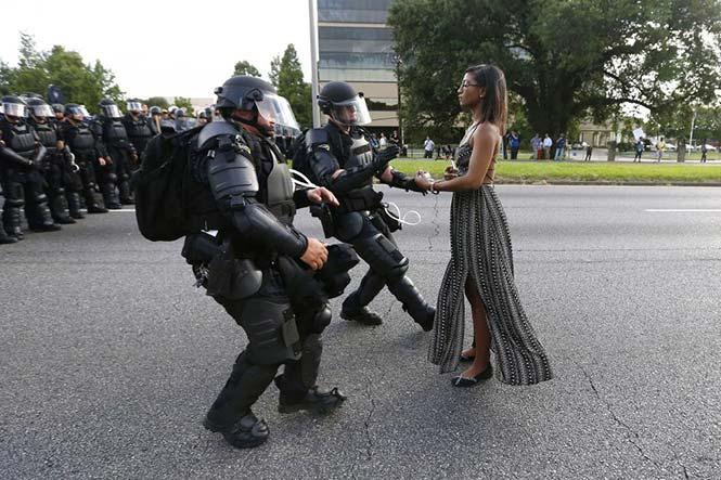 H διαδηλώτρια Leshia Evans συλλαμβάνεται από την Αστυνομία κοντά στο αρχηγείο της Αστυνομίας στο Baton Rouge της Louisiana των Η.Π.Α. κατά τη διάρκεια διαδήλωσης για την δολοφονία του Alton Sterling στις 9 Ιουλίου, 2016. REUTERS/Jonathan Bachman