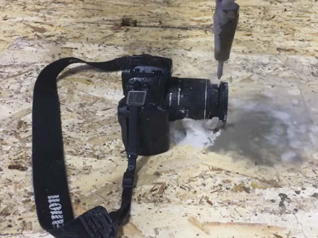 Δείτε μία SLR μηχανή της Canon να κόβεται με νερό υπό πίεση 60.000 PSI