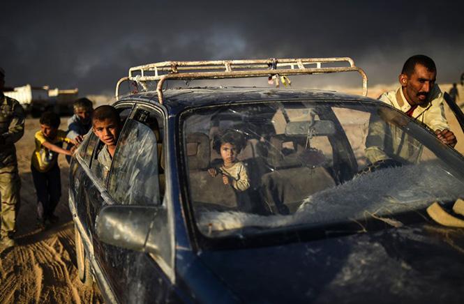 Ιρακινοί φτάνουν σε ένα προσφυγικό καταυλισμό κοντά στη πόλη Qayyarah, νότια της Μοσούλης, καθώς γίνεται προσπάθεια ανακατάληψης της Μοσούλης από τις Ιρακινές δυνάμεις, 22 Οκτωβρίου 2016. Bulent Kilic—AFP/Getty Images