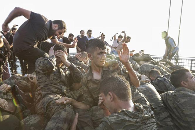 Τούρκοι στρατιώτες που παραδόθηκαν στην γέφυρα του Βοσπόρου στη Κωνσταντινούπολη μετά το πραξικόπημα, 16 Ιουλίου 2016, Gokhan Tan—Getty Images