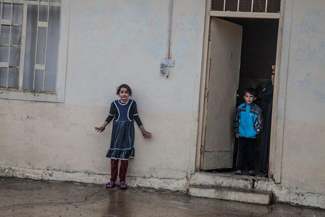 Ειδικές δυνάμεις του Ιράκ ερευνούν σπίτια κοντά στη Μοσούλη αναζητώντας μέλη του Daesh (ISIS), 2 Νοεμβρίου 2016. Laurent Van Der Stockt—Getty Images