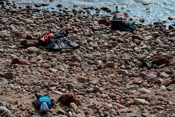 Νεκρά σώματα στη παραλία του Canakkale της Τουρκίας, μετά από ένα ναυάγιο στο Αιγαίο που στοίχισε τη ζωή 37 προσφύγων και μεταναστών στις 30 Ιανουαρίου 2016. Ozan Kose—AFP/Getty Images