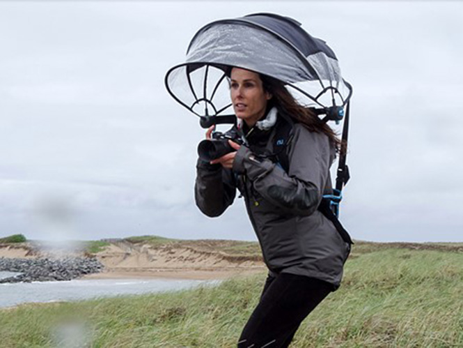 Nubrella, μία hands free ομπρέλα που μπορεί να κρατήσει τη μηχανή σας στεγνή
