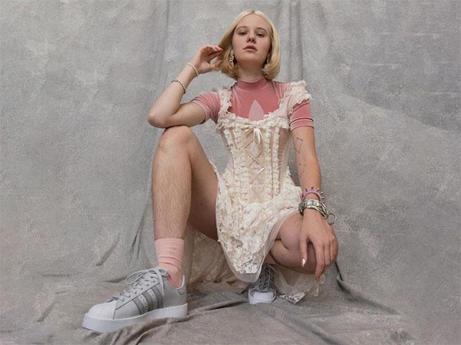 Γυναίκα δέχεται απειλές και κριτική για το πορτραίτο της με τα αξύριστα πόδια της