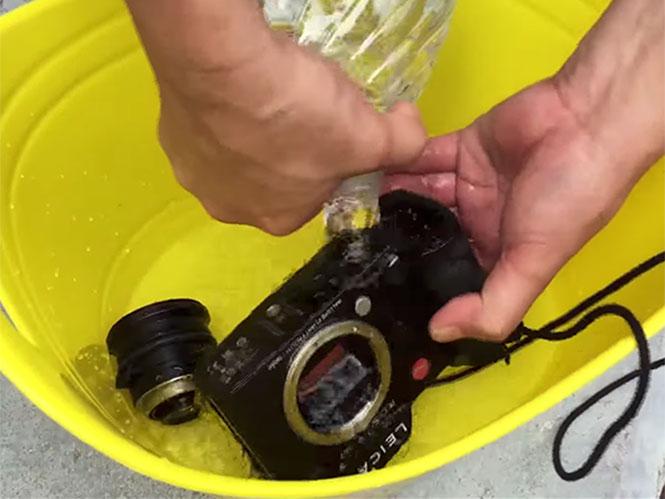 Πλένοντας μία Leica μηχανή και τον φακό της με νερό