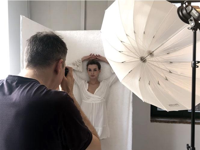 Δείτε 8 κλασσικές πόζες για τη φωτογράφιση πορτραίτου μίας γυναίκας που πρέπει να ξέρετε