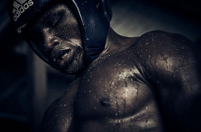 O Πρεσβευτής της Nikon Ray Demski φωτογραφίζει τον βίαιο ρομαντισμό των πυγμάχων του Μπουκόμ