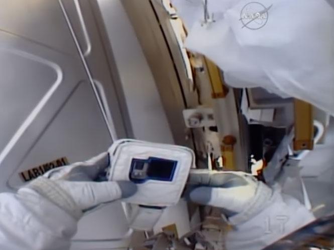 Αστροναύτης λίγο πριν διαστημική βόλτα αντιλαμβάνεται ότι η action camera του δεν έχει…