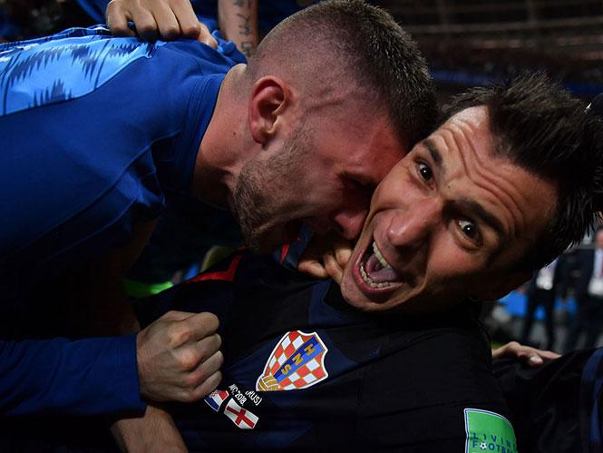 Φωτογράφος καταπλακώνεται από τους ποδοσφαιριστές της Κροατίας, βγάζοντας μοναδικές εικόνες