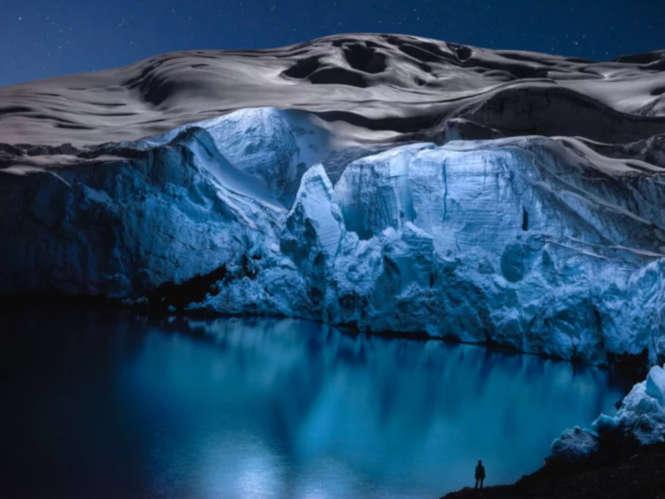 Μοναδικές φωτογραφίες παγετώνων φωτισμένων από ψηλά με drone