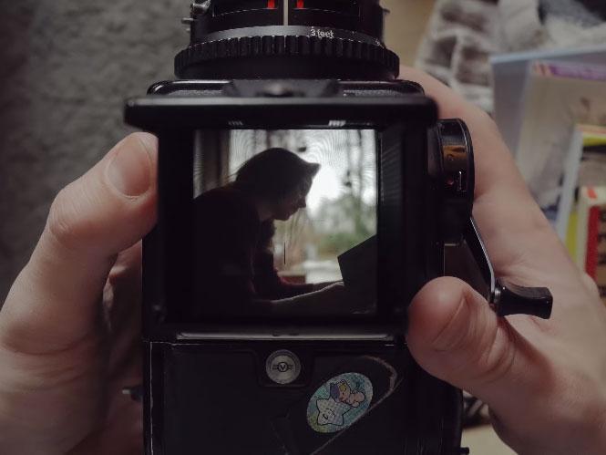 Peripheral. A Short Film on Ground Glass: Ένα φιλμ για την εμμονή της λήψης φωτογραφιών