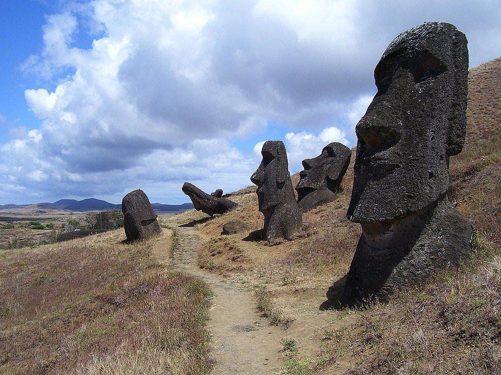 H τρέλα των selfies καταστρέφει μνημεία παγκόσμιας κληρονομιάς, όπως τα αγάλματα στο νησί του Πάσχα