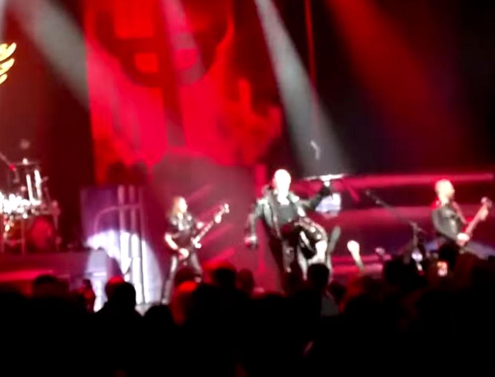 Ο τραγουδιστής των Judas Priest κλώτσησε το κινητό θεατή που τραβούσε βίντεο