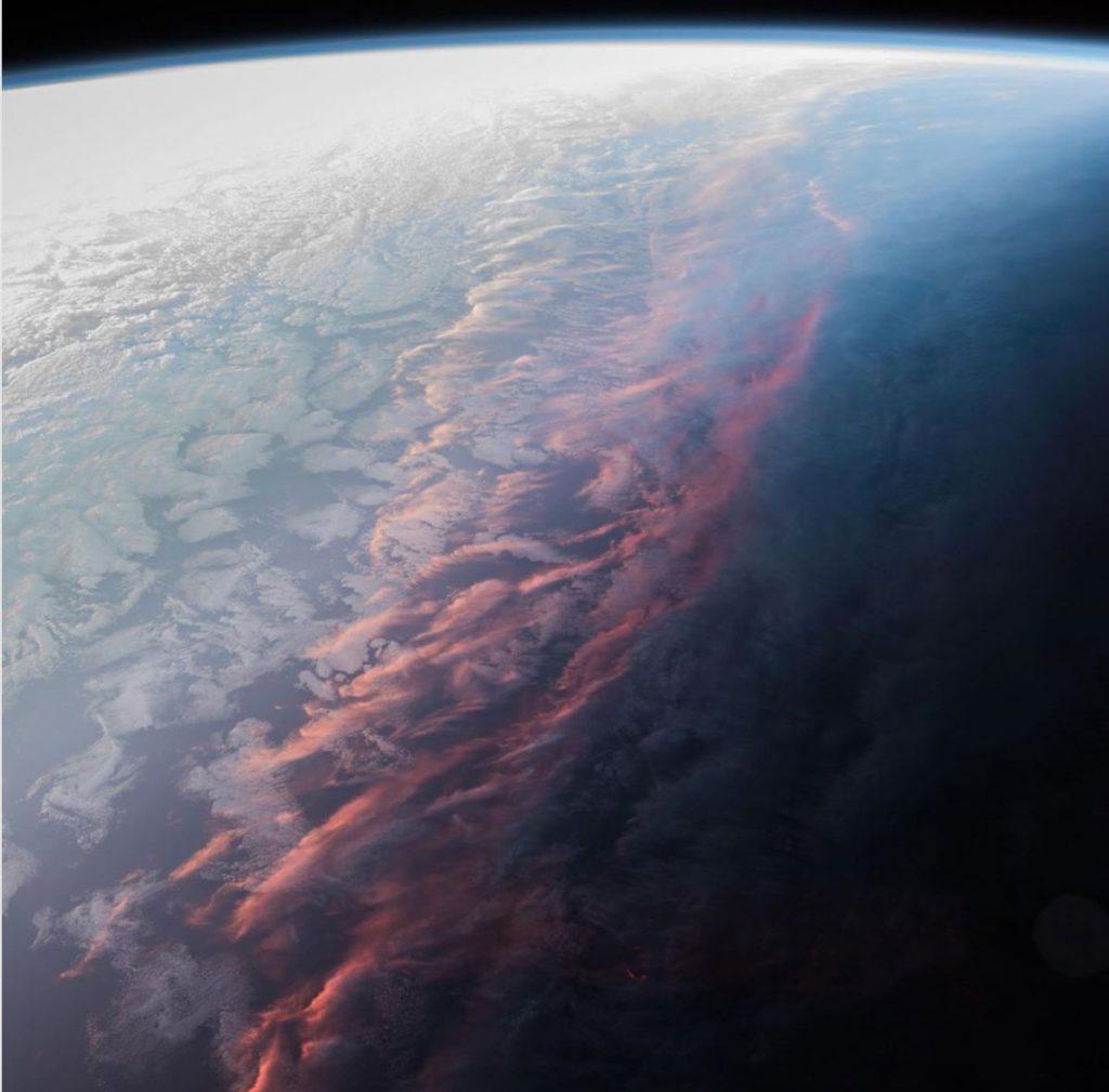 Έτσι φαίνεται το ηλιοβασίλεμα από το διάστημα και τον ISS