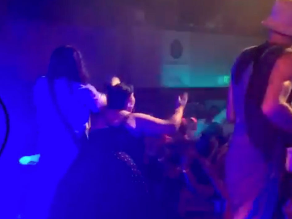 Τραγουδιστής πέταξε το κινητό θαυμάστριας που προσπάθησε να βγάλει selfie μαζί του