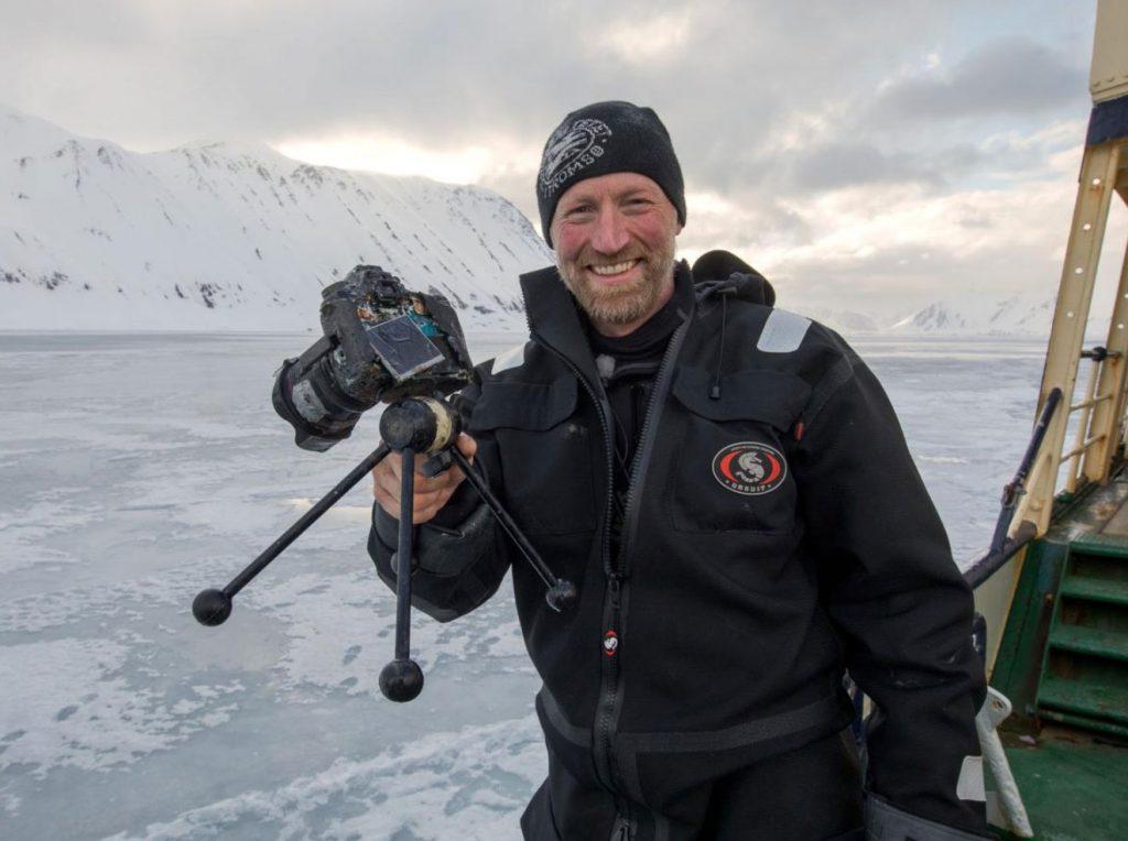 Φωτογράφος ανέκτησε την κάμερα του από το βυθό μετά ένα χρόνο. Την είχε πετάξει εκεί μία πολική αρκούδα!