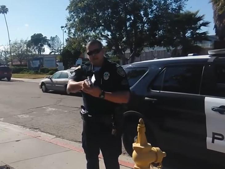 Αστυνομικός σημαδεύει με  όπλο φωτογράφο, μία αναμέτρηση που δείχνει ότι στις Η.Π.Α. υπάρχει μεγάλο πρόβλημα