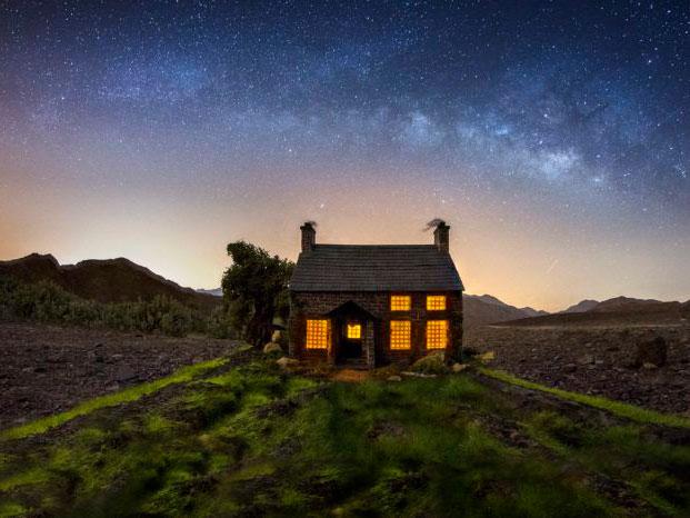 Φωτογράφος κατασκευάζει μινιατούρες και δημιουργεί ρεαλιστικές εικόνες με φόντο τον νυχτερινό ουρανό!